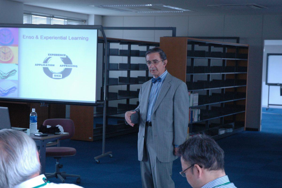 Impartiendo un taller en japo-inglés, Tokiwa University, JMPrieto