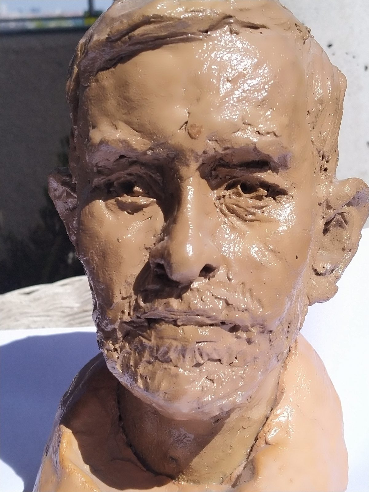 Muy crecido José M. Prieto al verse esculpido en barro